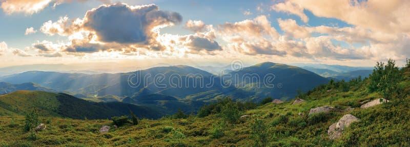 华美的夏天日落的全景在山的 免版税库存照片