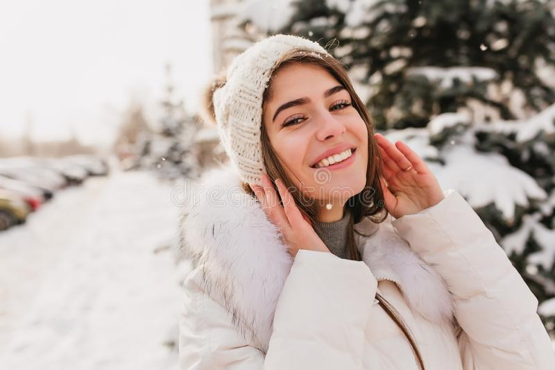 华美的女孩特写镜头画象有摆在街道上的蓝眼睛的在多雪的冬日 室外照片迷住 库存照片