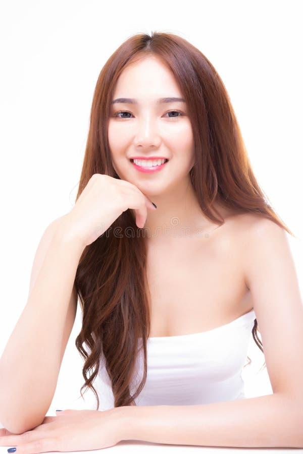 华美的妇女感到满意对微笑 有吸引力的美丽的woma 免版税库存图片