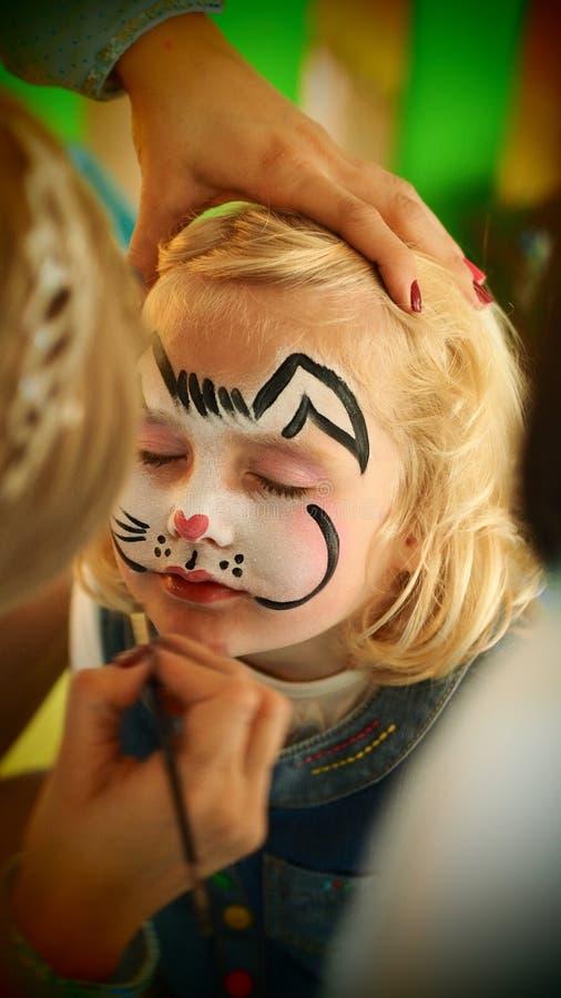 华美的小女孩兔子面孔绘画 库存照片