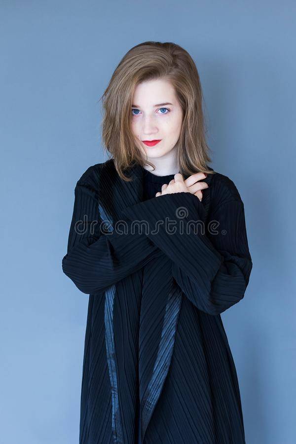 华美的少妇中景在别致的黑衣裳穿戴了 库存图片