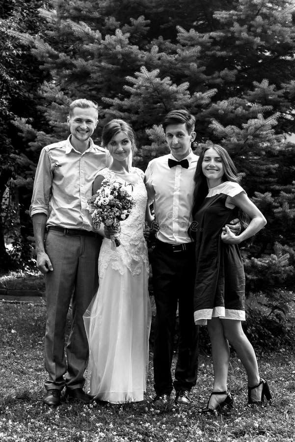 华美的愉快的有的新娘和新郎与朋友和fa的照片 免版税库存图片