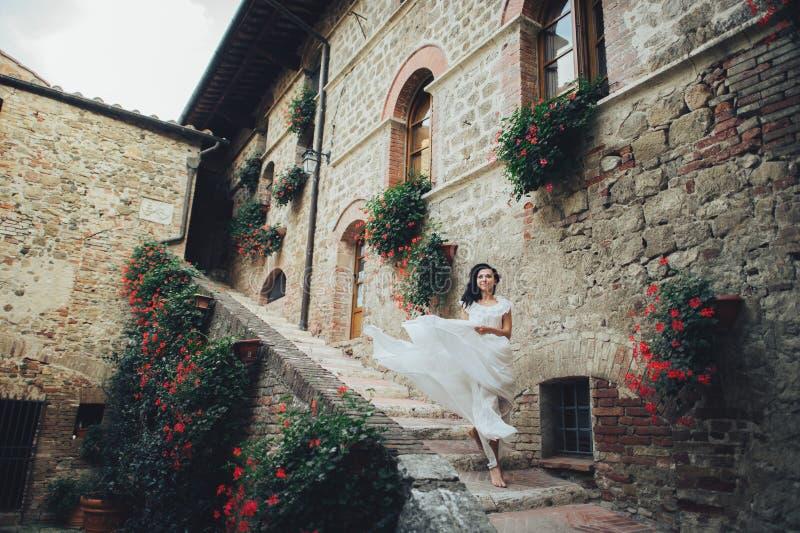 华美的新娘在奥兰前接触她的curles嫩身分 免版税库存照片