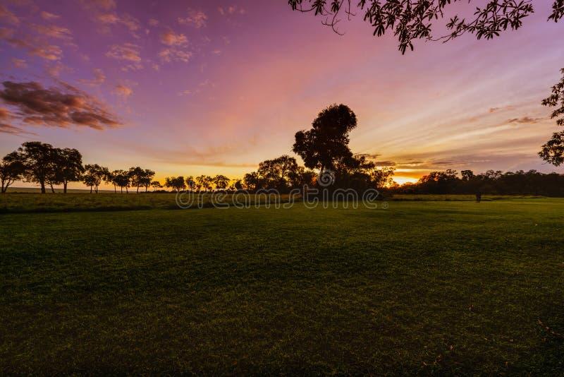 华美的日出在非洲,徒步旅行队 库存图片