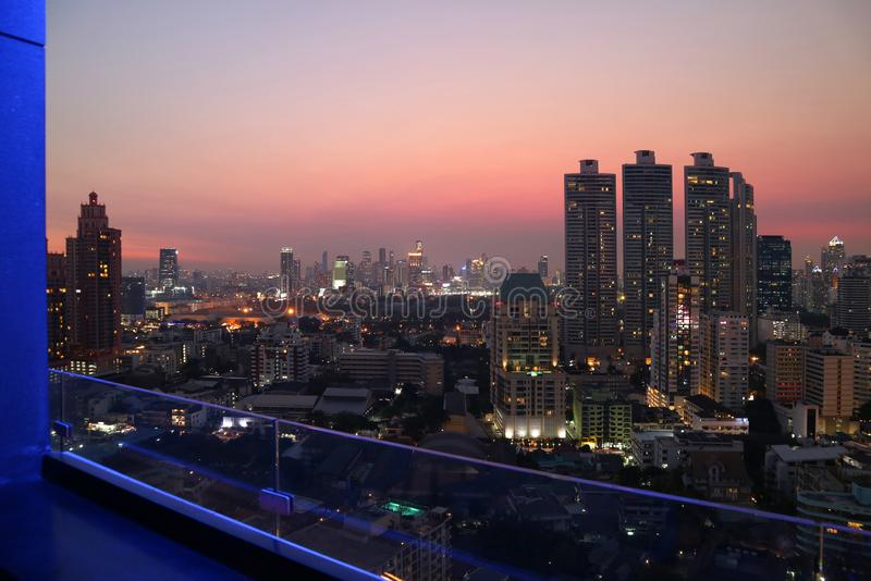 华美的曼谷都市反对从屋顶大阳台的平衡的天空视图 库存照片