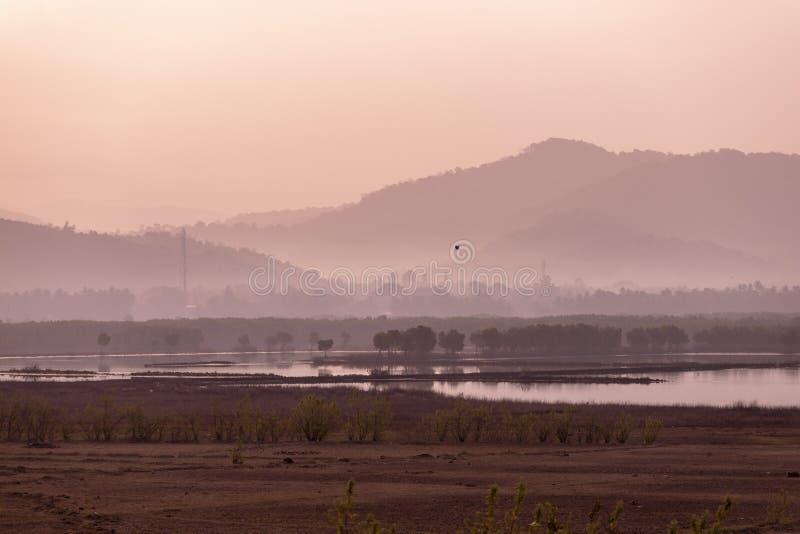 华美的桃红色和紫色黎明在山 库存照片