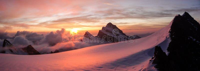 华美的桃红色日出全景在冰川和高山的在阿尔卑斯锐化 免版税库存图片