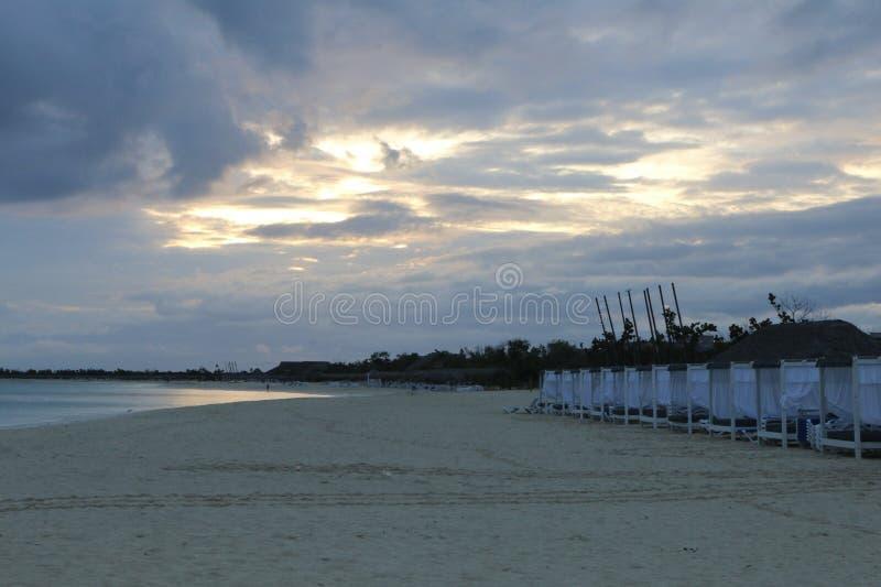 华美的海滩在一热的天结束时 免版税库存图片