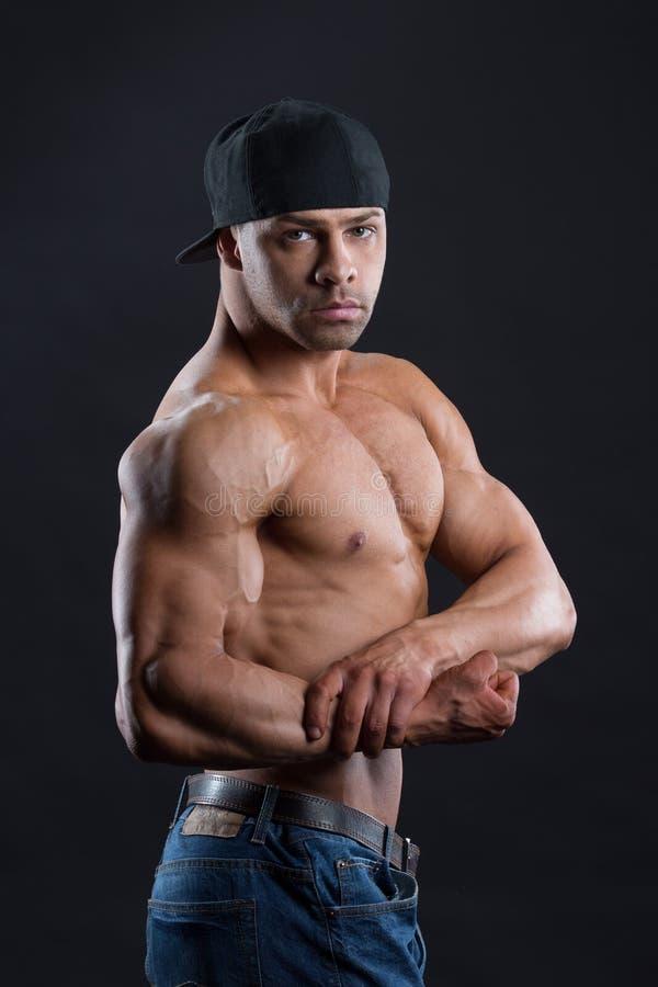 华美的独立人显示他强有力的强的身体 图库摄影