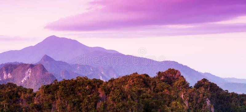 华美的石灰石山和美丽的云彩在夏天黄昏 免版税库存图片