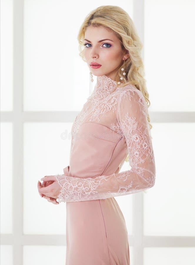 华美的礼服的美丽的白种人白肤金发的女孩 库存图片