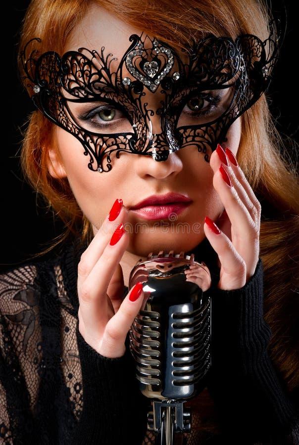 华美的红头发人歌唱家 库存照片