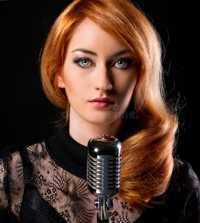 华美的红头发人歌唱家 免版税库存照片