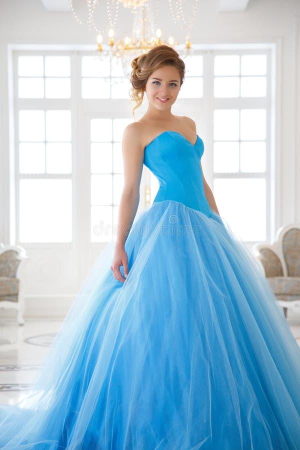 华美的蓝色礼服灰姑娘样式的美丽的新娘 免版税图库摄影