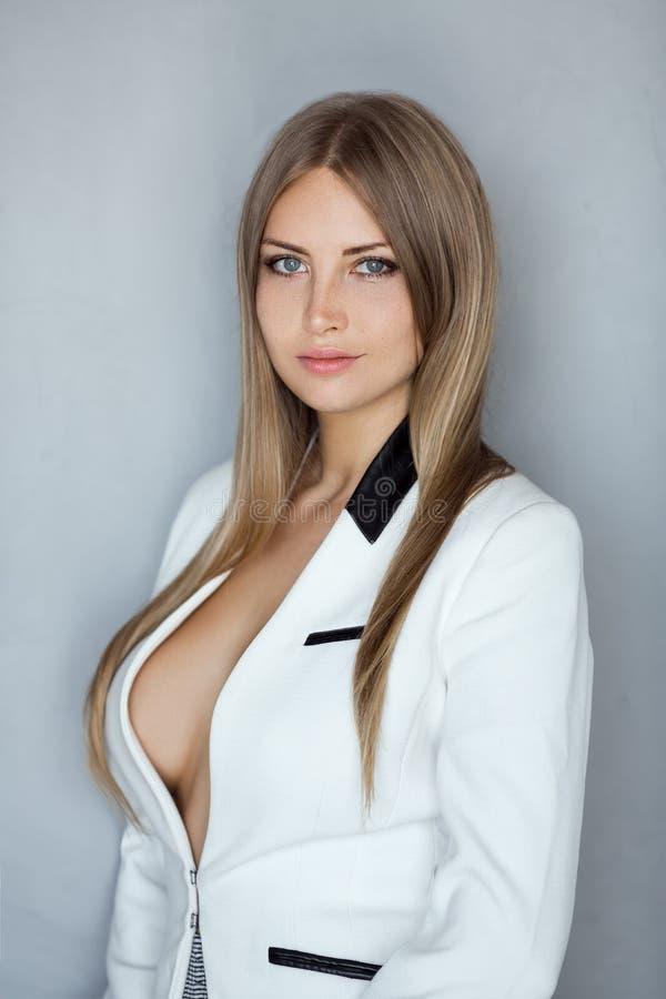 华美的年轻白种人可爱的性感的女实业家画象  免版税库存图片