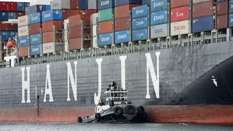 协助HANJIN英国的拖轮Z-FOUR操纵 库存图片