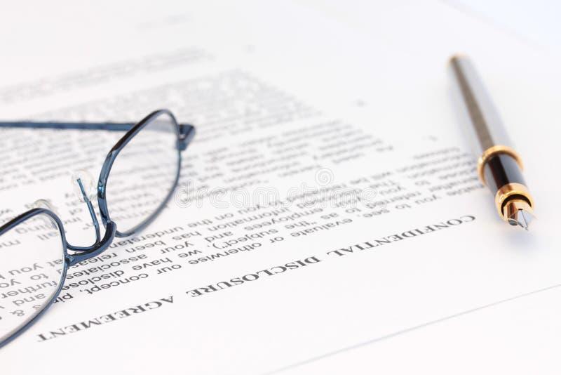 协议描述笔眼镜 免版税库存图片