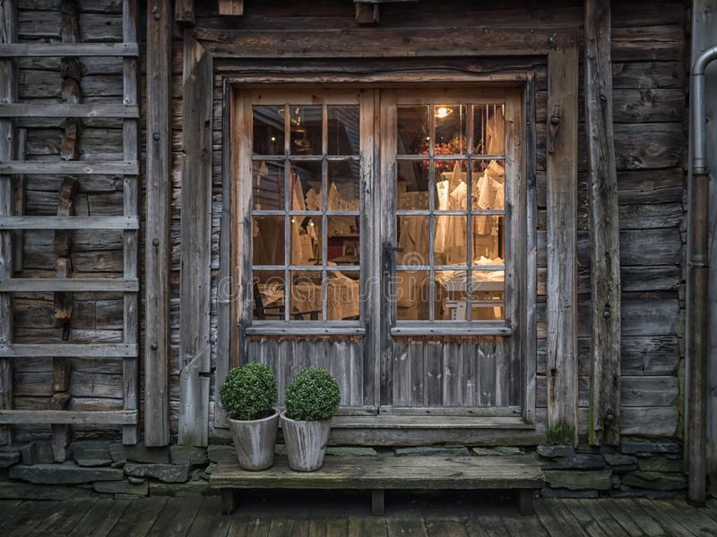 卑尔根,挪威- 2017年3月:在增殖比里面的老商店窗口光 库存照片