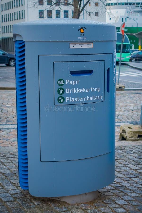卑尔根,挪威- 2018年4月03日:回收站室外看法在城市,有与塑料的一个图象的和金属准许 库存图片