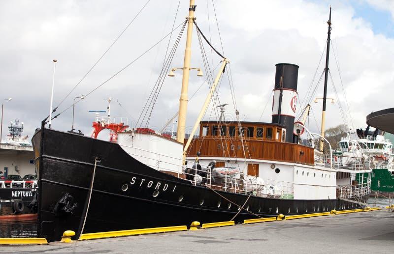 卑尔根,挪威- 2012年5月15日:斯托德岛我在码头的减速火箭的船在卑尔根港  库存照片