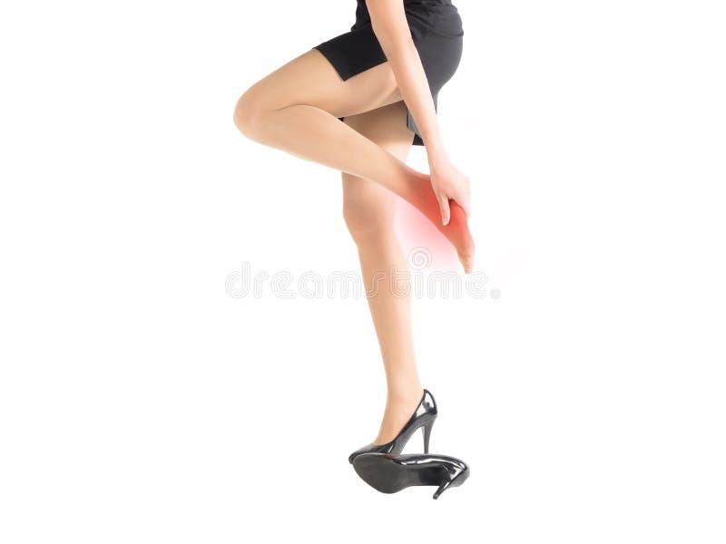 单一女性受伤的和删掉的脚由高跟鞋紧的鞋子,隔绝在白色 库存图片