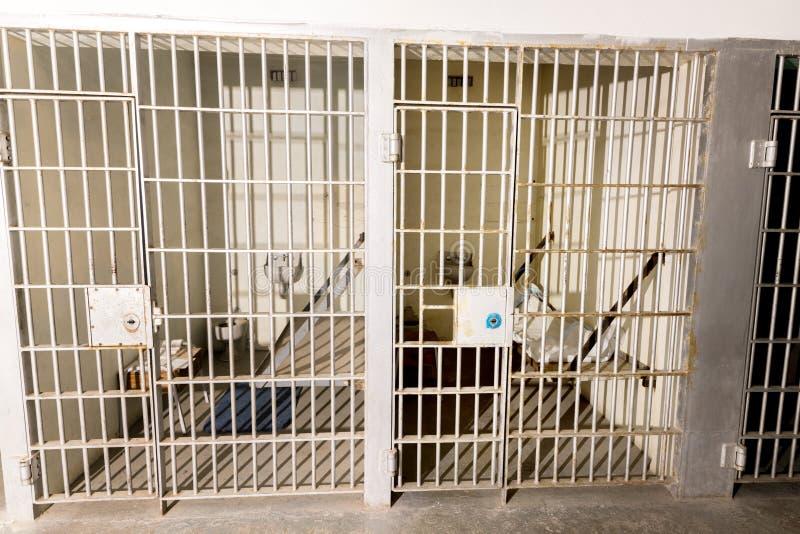 单元块监狱酒吧和床在监狱 免版税库存照片