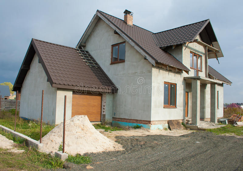 单户住宅建设中 没有完成的工作的一个房子在房子里面 库存图片
