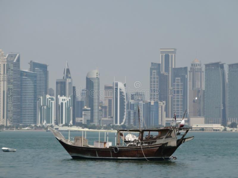 单桅三角帆船在多哈港口,卡塔尔停泊了 免版税库存照片