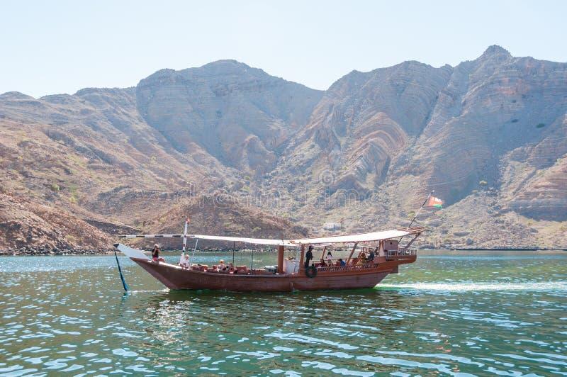 单桅三角帆船在Musandam,阿曼湾 图库摄影