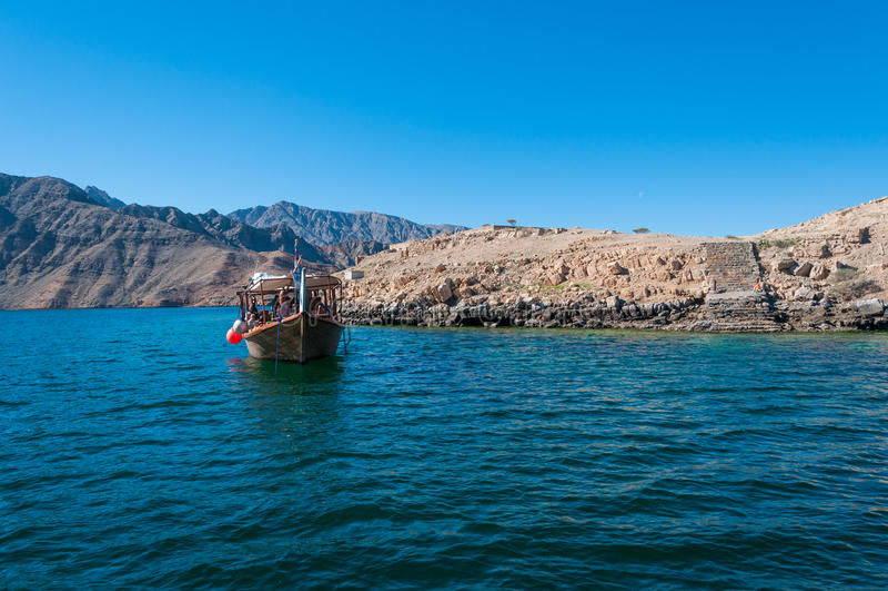单桅三角帆船在Musandam,阿曼的海 图库摄影