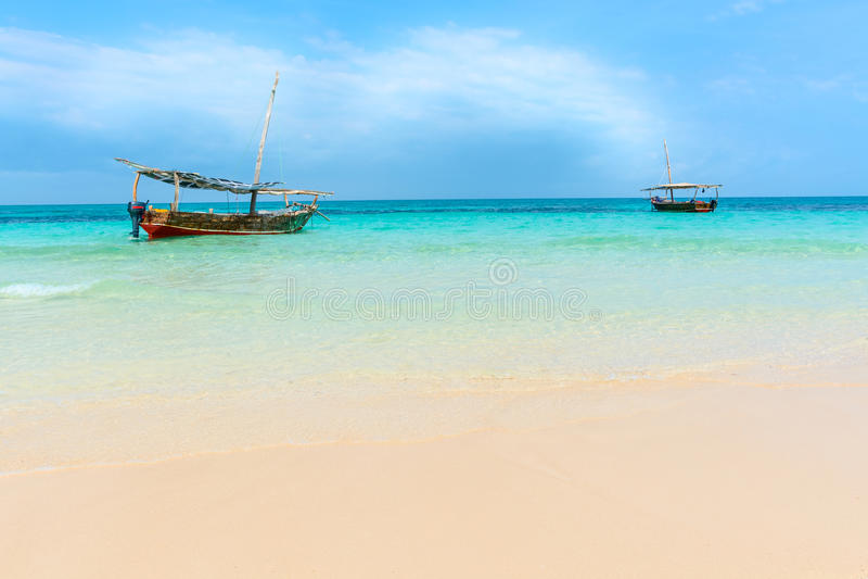 单桅三角帆船小船印度洋 库存照片