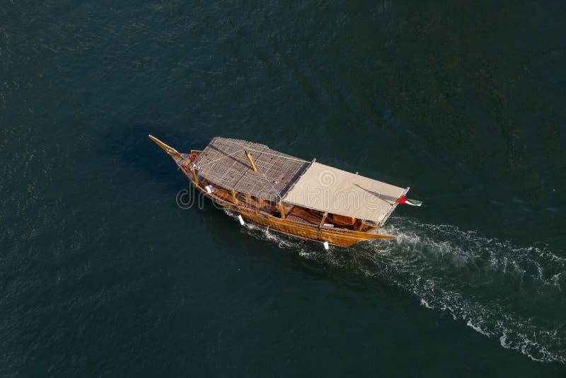 单桅三角帆船巡航在迪拜 免版税库存照片