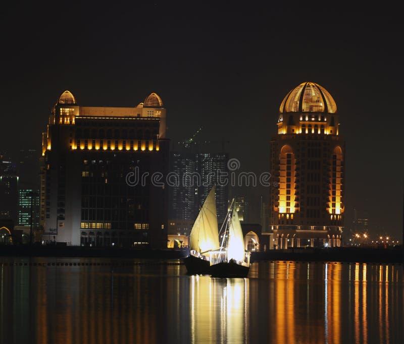单桅三角帆船晚上卡塔尔 免版税库存照片