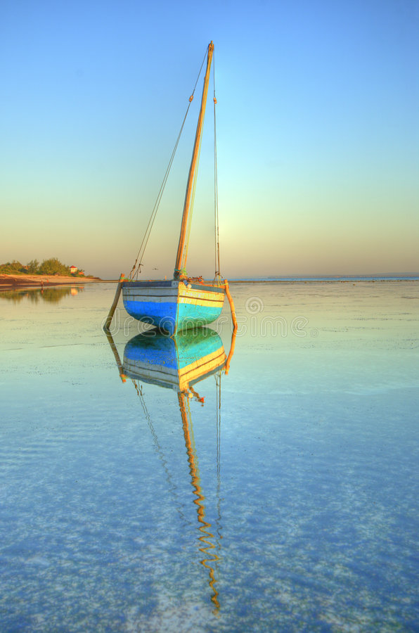 单桅三角帆船水 库存图片