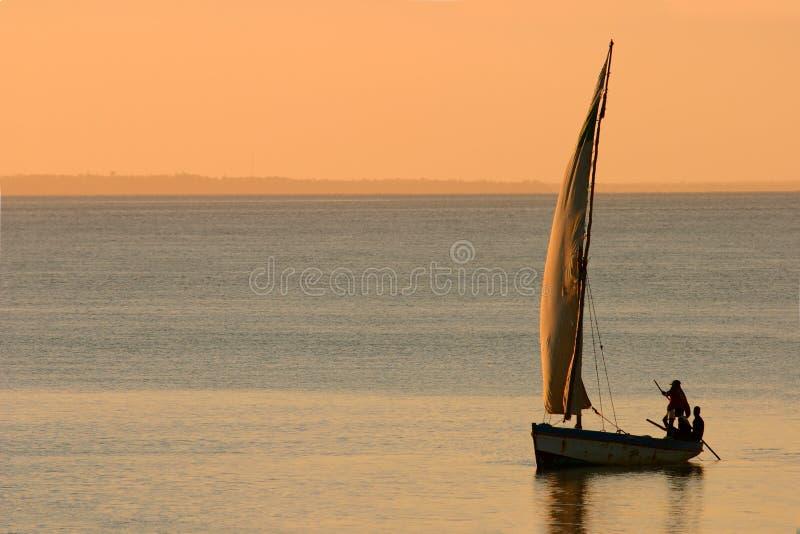 单桅三角帆船莫桑比克日落 免版税库存照片