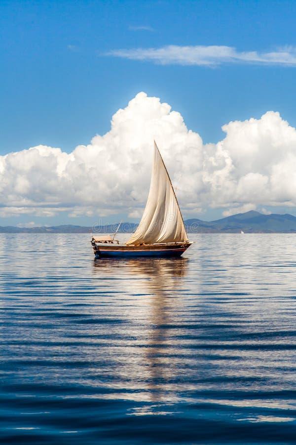 单桅三角帆船 免版税库存照片