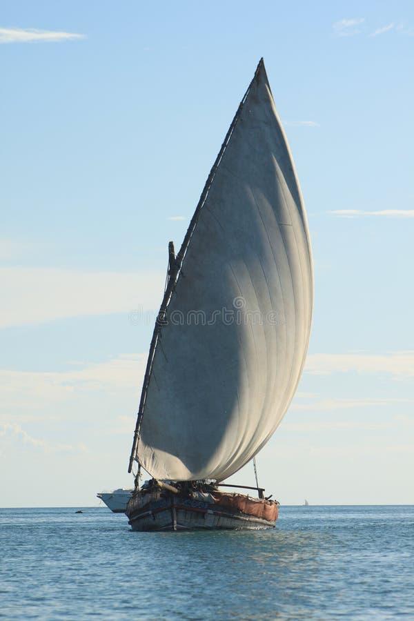 单桅三角帆船 免版税库存图片