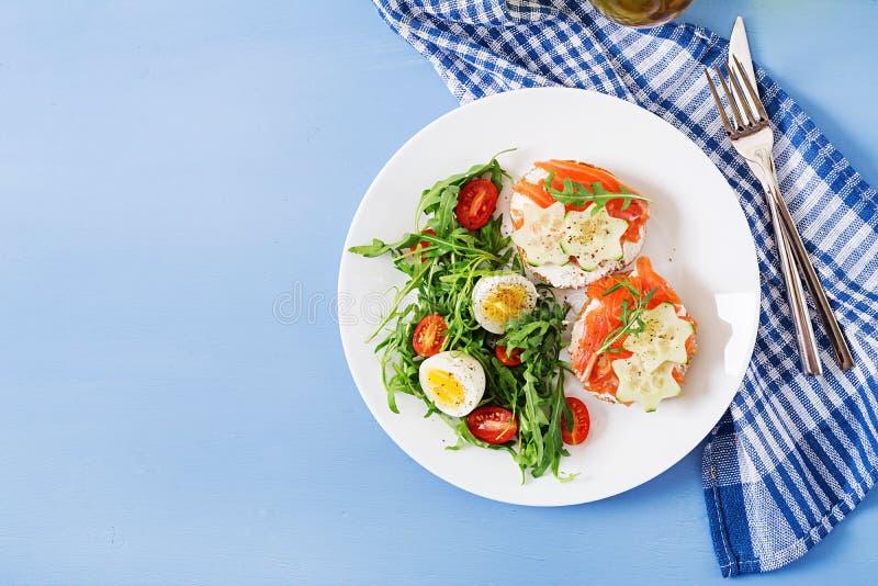 单片三明治用三文鱼,乳脂干酪和黑麦面包 免版税库存图片