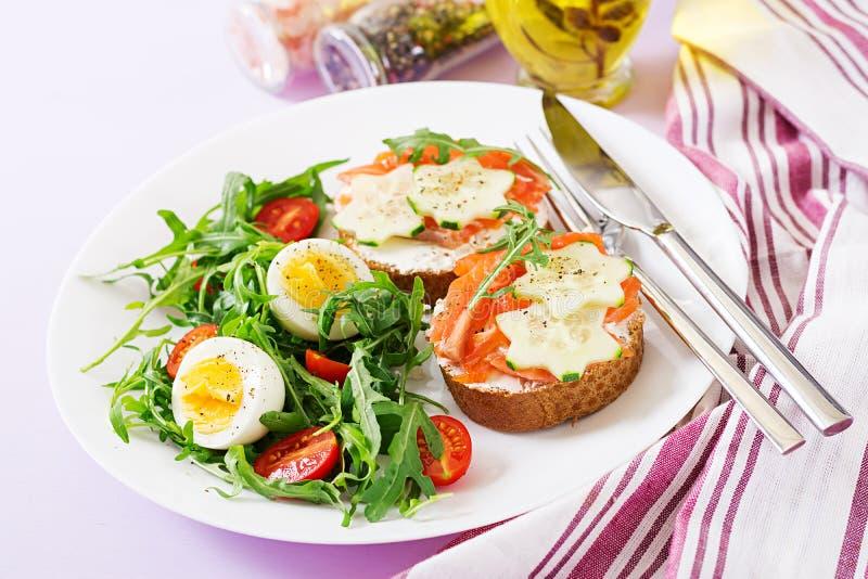 单片三明治用三文鱼,乳脂干酪和黑麦面包 库存图片