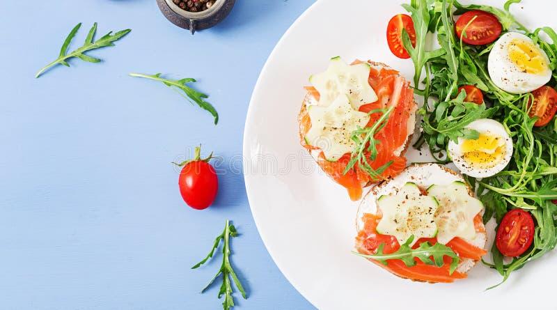 单片三明治用三文鱼,乳脂干酪和黑麦面包 库存照片