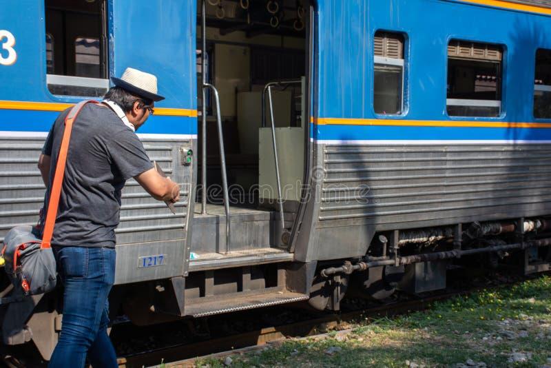 单独亚洲旅行家旅行上有背包的,运输概念火车 库存照片