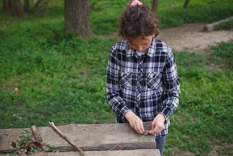 Download 单独使用在街道的女孩 库存图片. 图片 包括有 庭院, 生活方式, 作用, 户外, 本质, 乐趣, 子项 - 72372811