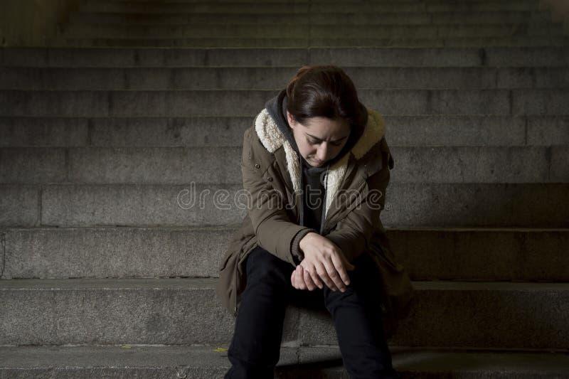 单独哀伤的妇女看起来街道地铁楼梯遭受的消沉的看病和无能为力 库存图片