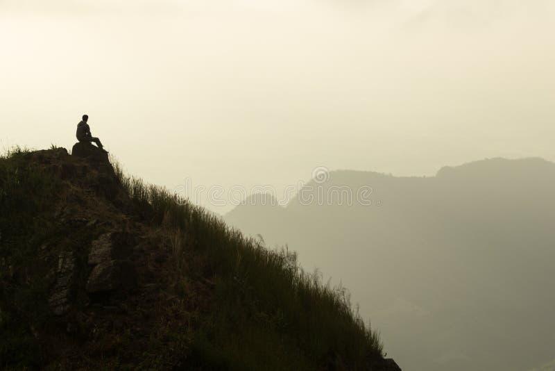 单独坐在山顶部 免版税库存图片