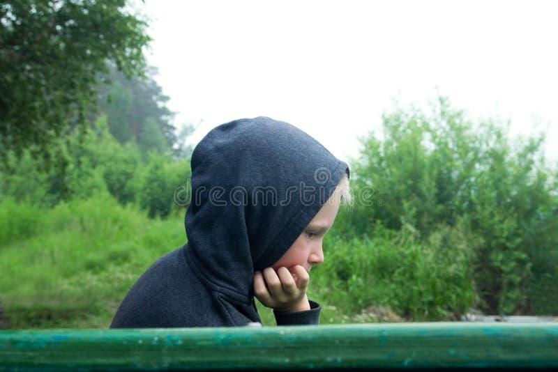 单独坐生气的少年 图库摄影