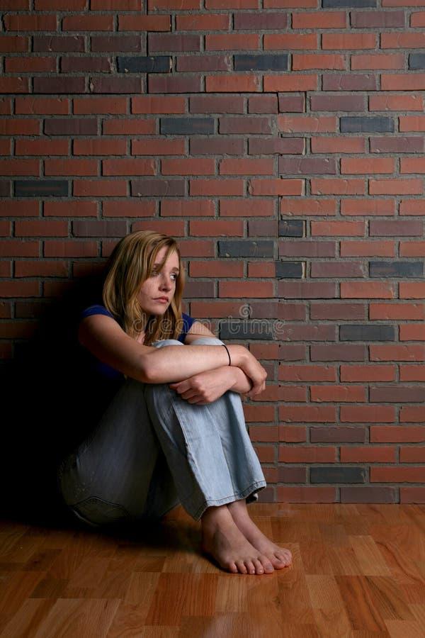 单独坐的妇女 免版税库存图片