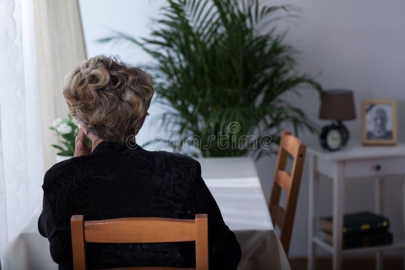 单独坐年长的寡妇 免版税库存照片