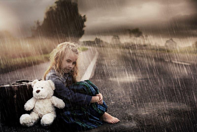 单独孤独的女孩在街道上 免版税库存照片