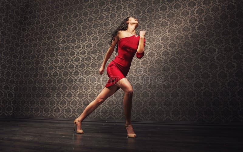 单独实践年轻拉丁的舞蹈家 免版税库存图片