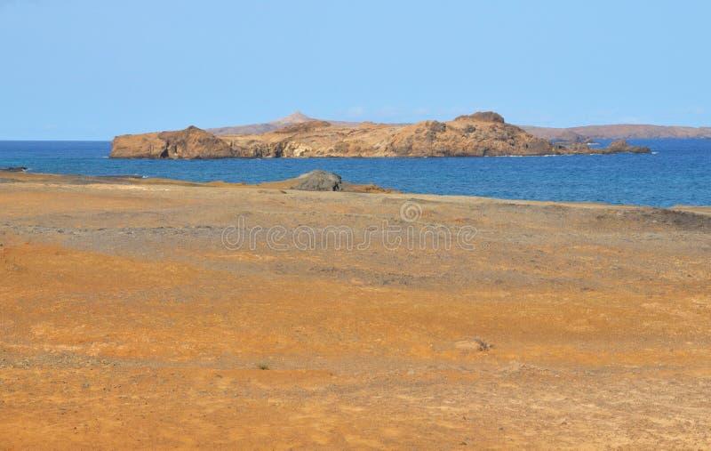 单独小岛的海洋 免版税库存图片